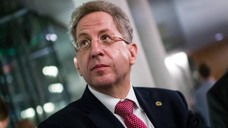 Hans-Georg Maaßen mit verschränkten Armen.