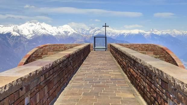 Monte Lema und Monte Tamaro  Thront 1530 Meter über Meer auf der Alpe Foppa, am Nordosthang des Monte Tamaro: die Cappella Santa Maria degli Angeli vom Tessiner Architekten Mario Botta.