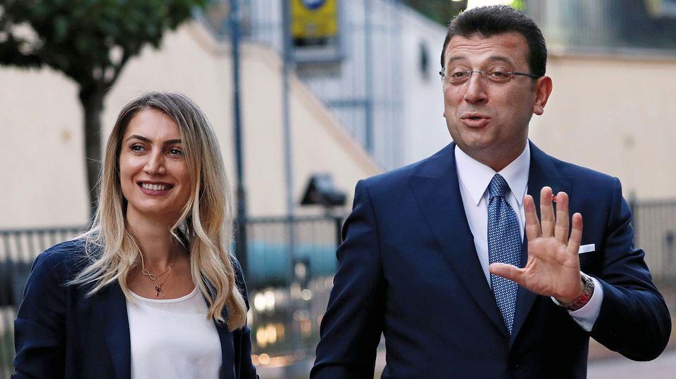 Mit seiner Frau Dilek auf dem Weg zur Wahlurne am vergangenen Sonntag. Als Sozialwissenschaftlerin beschäftigt sie sich mit den Thema Frauen und Karriere.