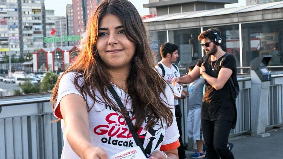 Aus allen Teilen der Bevölkerung: Büsra Buyukkiliçarbeitete als Wahlhelferin für Imamoglu. Die Abiturientin kommt aus einer AKP-Familie.
