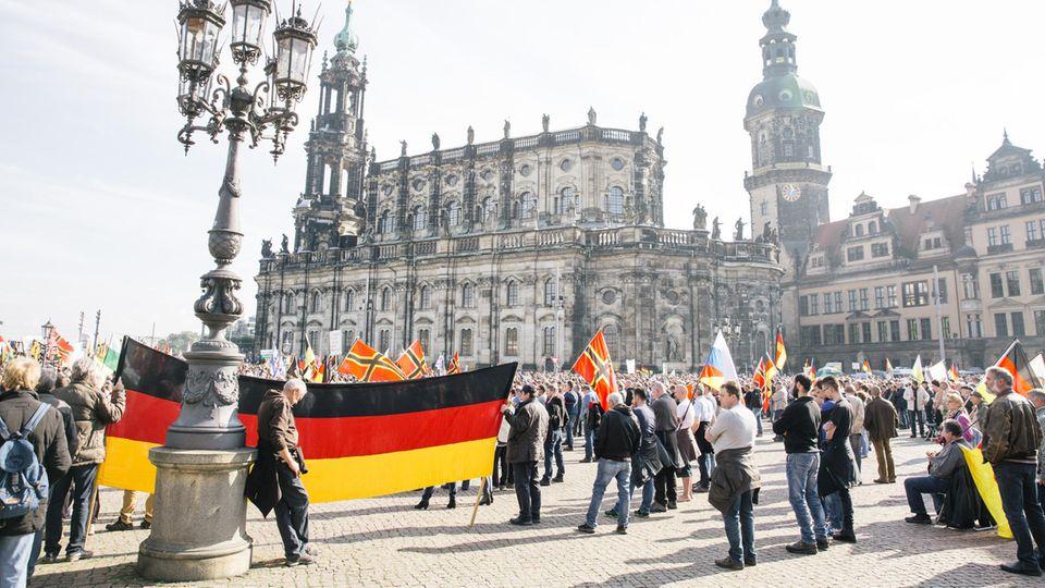Pegida-Demonstranten 2016 in Dresden