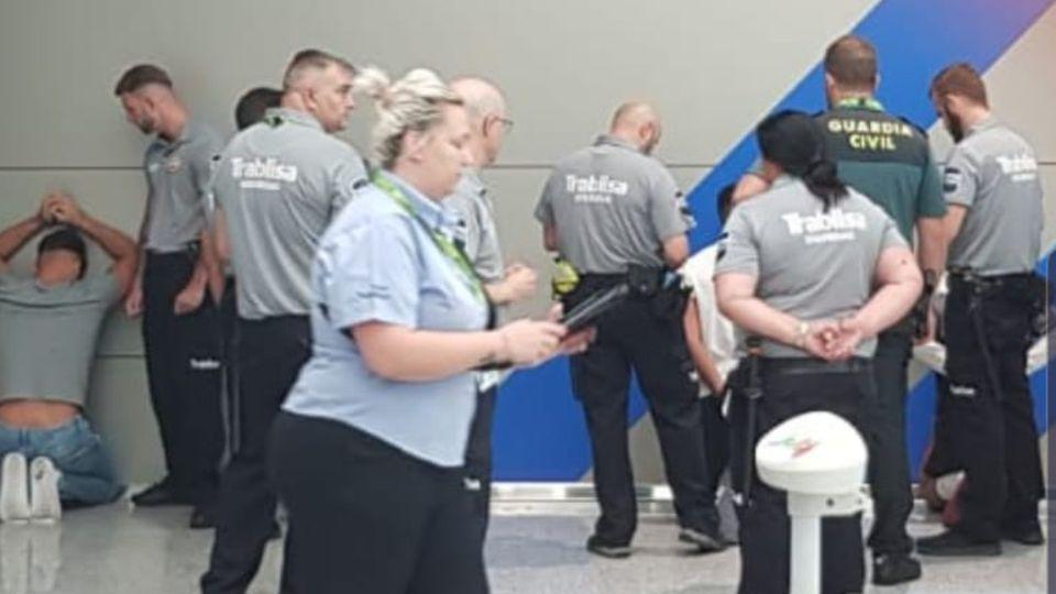 Polizisten bei der Festnahme der vier Verdächtigen am Flughafen Palma de Mallorca