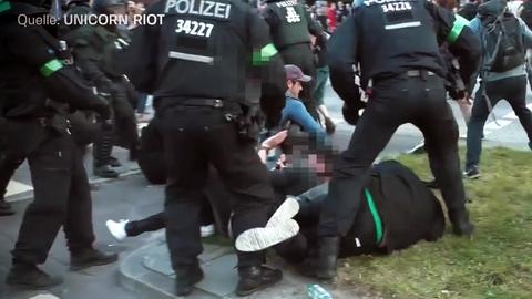 Mehrere Polizisten greifen beim G20-Gipfel 2017 in Hamburg Demonstranten an