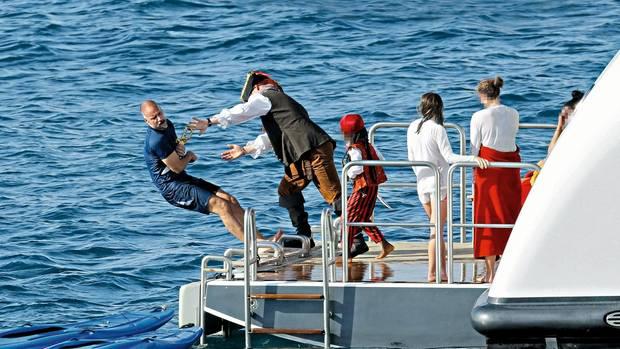 """Tim Leissner lässt sich 2016 vor seiner Familie im Urlaub auf einer Yacht von einem """"Piraten""""zu Fall bringen"""