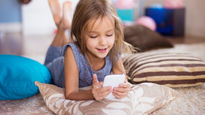 Kind hält Handy in der Hand