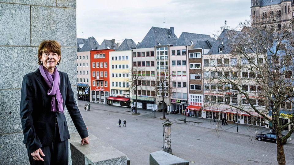 """Henriette Reker, 62, Oberbürgermeisterin von Köln (parteilos): """"Ich denke, es wäre ein vollkommen falsches Zeichen, jetzt zurückzuziehen. Ich bin weiter erreichbar für meine Bürger, ich suche weiter den Kontakt."""""""