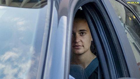 Sea-Watch-Kapitänin Carola Rackete in einem Polizeiwagen