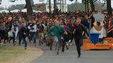Einlass zum eigentlichen Festival Gelände: Wer zuerst die Orange Bühne erreicht bekommt Freikarten fürs nächste Jahr