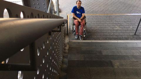Alexander Böhm vor einer Treppe