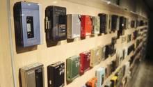 Im Ginza Sony Park in Tokio werden aus Anlass des 40. Geburtstags des Walkman diverse Modelle des ersten tragbaren Musikabspielers gezeigt.