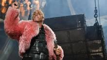 Till Lindemann in rosa Plüsch Jacke