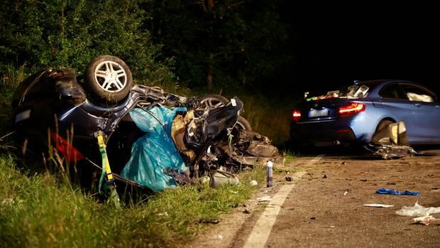 Bei einem schweren Autounfall in Baden-Württemberg sind drei Menschen getötet worden