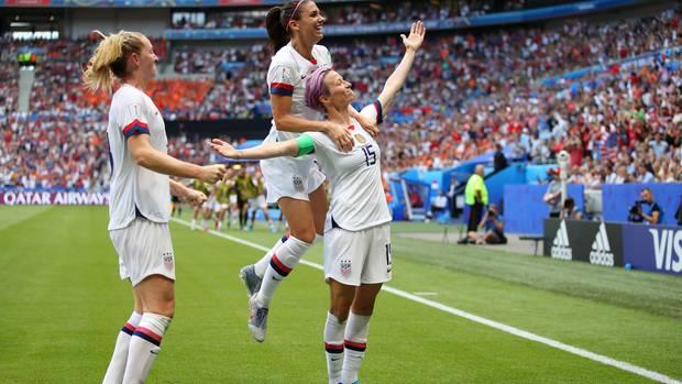 Megan Rapinoe (r.) erzielte den ersten Treffer für die US-Amerikanerinnen gegen die Niederlande im WM Finale in Lyon
