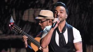 """Der Puerto Ricaner Luis Fonsi präsentiert nach der Verleihung der 18. Latin Grammy Awards 2017 sein prämierten Song """"Despacito"""""""