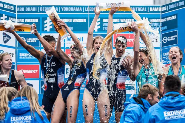 The quartet from France celebrates in Hamburg the world title in triathlon mixed relay