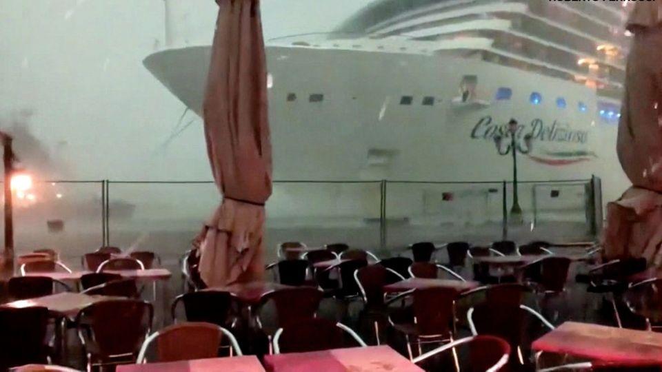 Venedig: Kreuzfahrtschiff schrammt an Pier vorbei