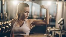 Studie zu Trainingszeit: Frau im Fitnessstudio