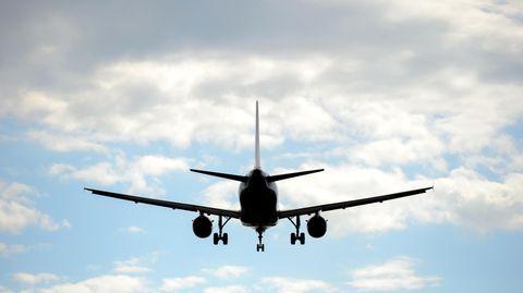 Ein Flugzeug im Landeanflug auf den Dresdner Airport