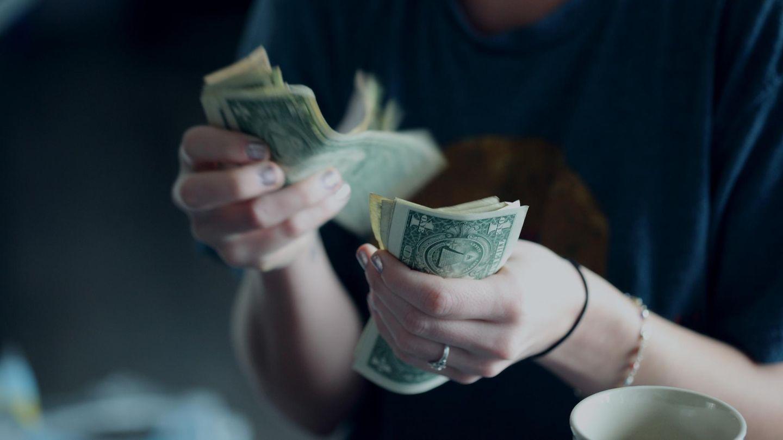 Frau mit Geldscheinen in der Hand
