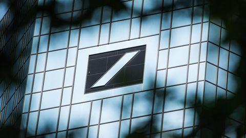 Das Logo der Deutschen Bank auf dem Deutsche-Bank-Hochhaus in Frankfurt am Main