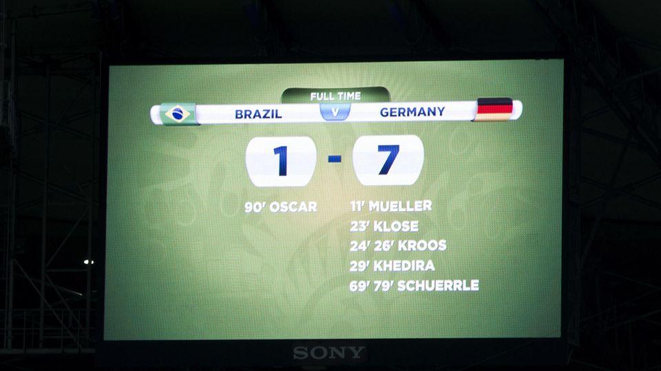 Anzeigetafel mit dem Endstand des WM-Spiels Deutschland - Brasilien