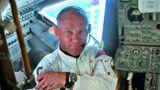 Auf dem dreitägigen Flug von der Erde zum Mond inspiziertBuzz Aldrin das Landemodul