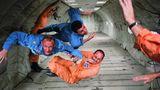 Für wenige Augenblicke in der Schwerelosigkeit: Die Astronauten Ted Freeman, Buzz Aldrin (Mitte) und Charlie Bassett an Bord eines Flugzeugsvom Typ KC135.