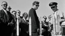 Auf der Philmont Boy Scout Ranch in New Mexico: Ortstermin von Präsident John F. Kennedy und Vizepräsident Lyndon Johnson bei einer ihrer Reisen zu den Nasa-Stationen im Land.