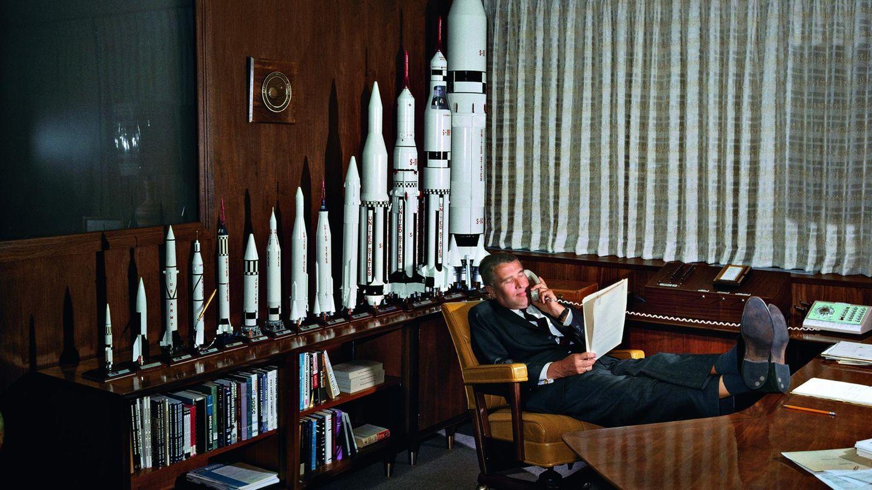 In seinem Büro im George C. Marshall Space Flight Center, Huntsville, Alabama: Die Trägerrakete vom Typ SaturnV wurde unter der Leitung von Wernher von Braun entworfen.