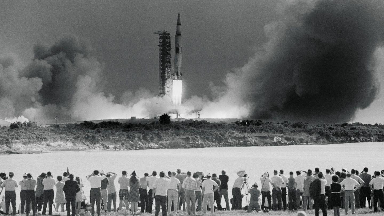 Blick von der Presse-Tribüne: Start der Mond-Mission am 16. Juli 1969 am Kennedy Space Center, auf Merritt Island in Florida.