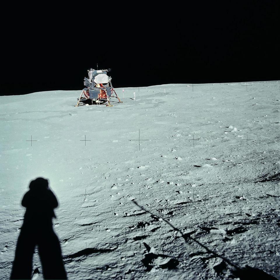 Am 20. Juli 1969: Der Schatten von Neil Armstrong auf dem Mond mit derLandefähre im Hintergrund.
