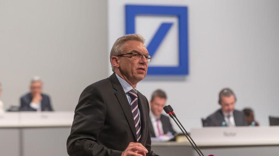 Klaus Nieding  ist Rechtsanwalt, Fachanwalt für Bank- und Kapitalmarktrecht sowie Vizepräsident der Deutschen Schutzvereinigung für Wertpapierbesitz. Er begleitet die Deutsche-Bank-Hauptversammlungen seit 1994.