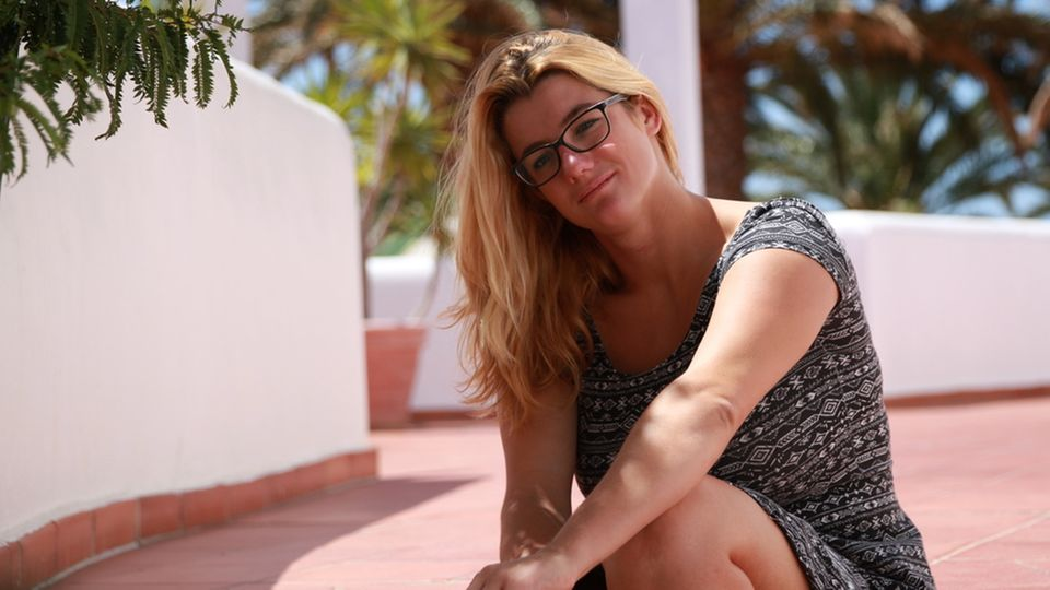 """""""37°: Ich lebe positiv - Corinne und ihr Schicksal HIV"""": Corinne sitzt auf Treppenstufen im Freien"""