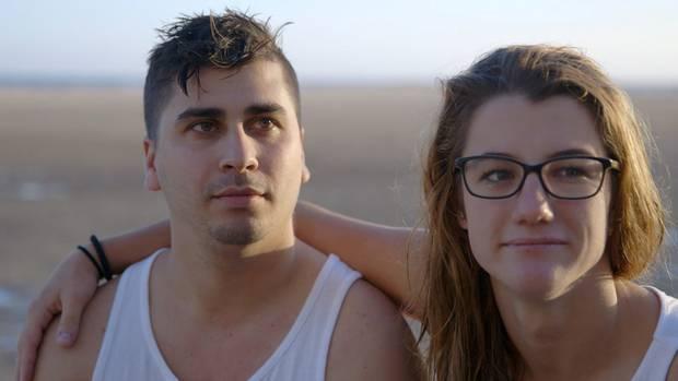 """""""37°: Ich lebe positiv - Corinne und ihr Schicksal HIV"""": Corinne und Alexis sind am Strand auf Fuerteventura."""