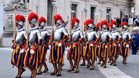 Die Schweizergarde marschiert durch den Vatikan