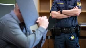 """Der Angeklagte im Prozess um einen tödlichen Streit auf der """"Wiesn"""" sitzt im Gerichtssaal"""