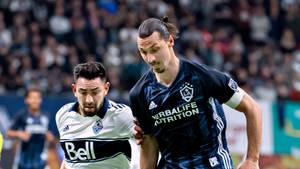 Erik Godoy (l) von den Vancouver Whitecaps und Zlatan Ibrahimović von der LA Galaxy kämpfen um den Ball
