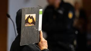Hinter einer Kladde versteckt: Der im Fall der verschwundenen Maria H. angeklagte Bernhard H. aus Blomberg in Nordrhein-Westfalen