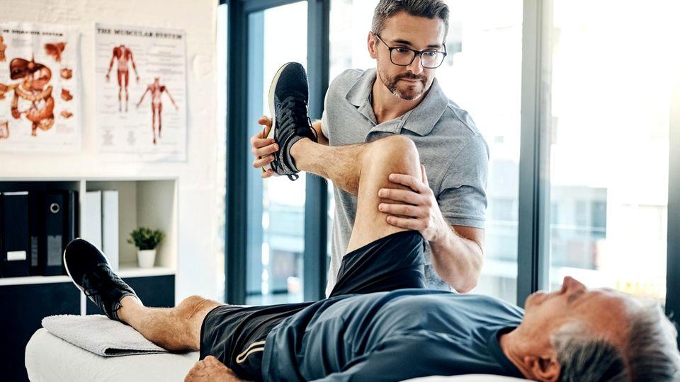 Physiotherapeut bei der Arbeit