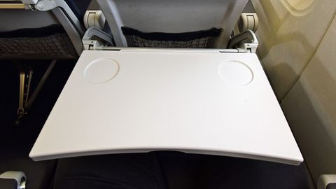 Keine Drinks und Snacksauf dem Klapptisich im Flugzeug