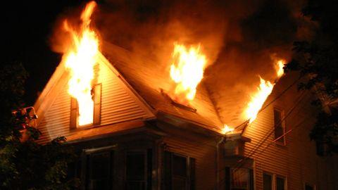 Ein brennendes Haus, Flammen kommen aus den Fenstern