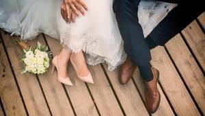 Teile der Familie kamen nicht schick zur Hochzeit. Was das Brautpaar nicht wusste: die Bräutigam-Mutter steckte dahinter ...