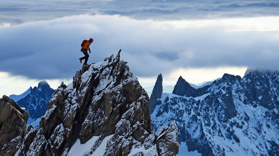 Balanceakt auf der Aiguille de Blanche de Peueterey im Mount-Blanc-Gebiet, einer der am schwierigsten zu besteigenden Viertausenderder Alpen.