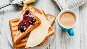 Ursachen für Müdigkeit: Frühstück mit Toast und Marmelade
