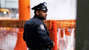 Ein Polizist mit skeptischem Gesichtsausdruck