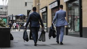 Zwei Gesandte eines Nobel-Schneiders verlassen die Deutsche Bank