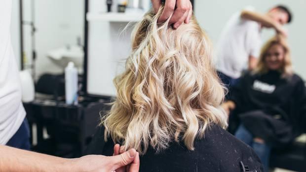 Eine Frau beim Friseurbesuch