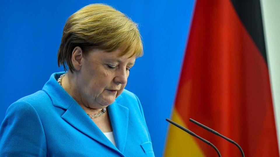 Angela Merkel blickt nachdenklich bei der Pressekonferenz, in der sie sich bemühte, eine Erklärung für ihr erneutes Zittern zu liefern.