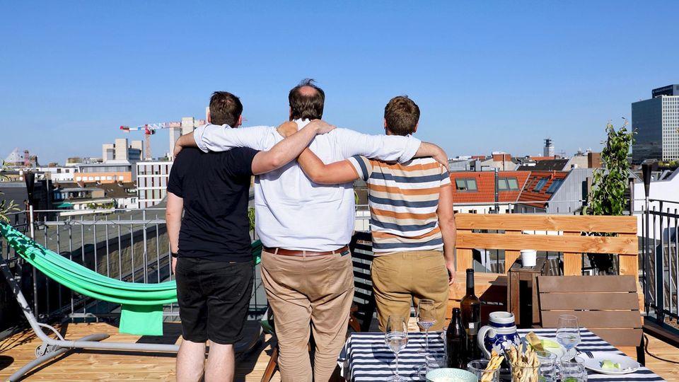 Jörg, Philipp und Malte (v.r.) genießen ihre Dachterrasse mit tollem Blick über Köln