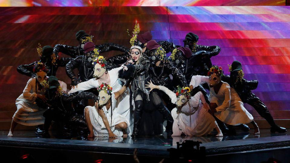 """Überladene Show, schwache Stimme: Für ihren Auftritt beim """"Eurovision Song Contest"""" im Mai in Tel Aviv erntete Madonna viel Häme"""